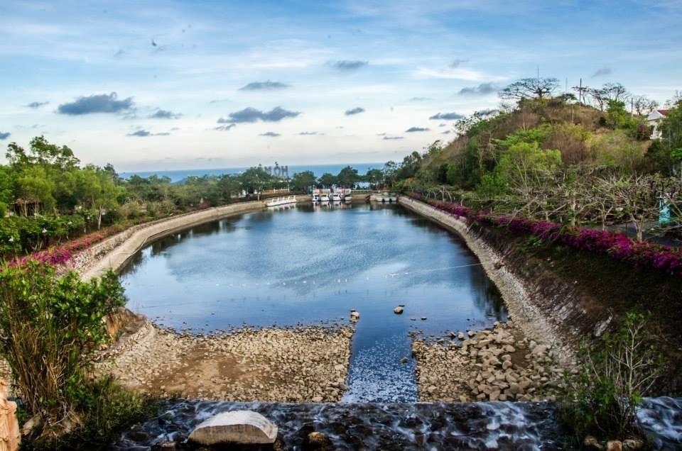 Kết quả hình ảnh cho Hồ nước nhân tạo trong khu du lịch Hồ Mây